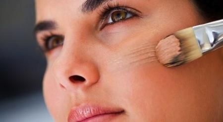 Como maquillar una piel grasa y con Acne